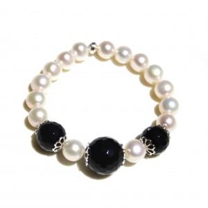 Bracciale elastico di perle di acqua dolce, onice e argento 925.
