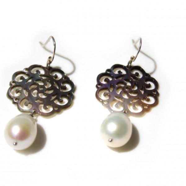 Orecchini con perle di acqua dolce e madreperla. Monachella in argento 925