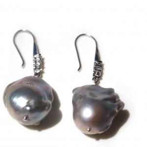 Orecchini con perle barocche grigie e monachella in argento 925 e zirconi
