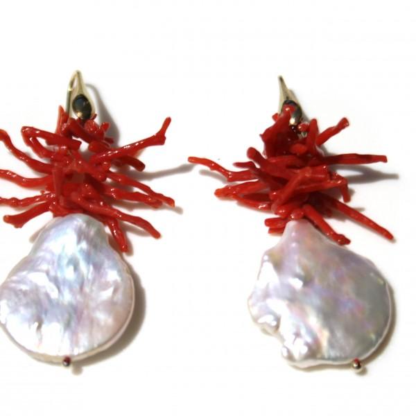 Orecchini con  corallo del Mediterraneo e perle di acqua dolce. Monachella in argento placcato oro 18kt
