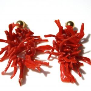 Orecchini con corallo del Mediterraneo.