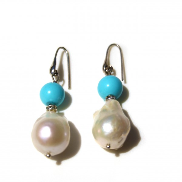 Orecchini di pasta di turchese e perle barocche. Intercalate con cristalli swarovski. Monachella argento 925.