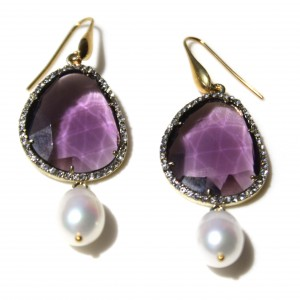 Orecchini con perla di acqua dolce,  cristallo viola, metallo dorato e swarovski. Monachella in argento placcato oro 18kt.