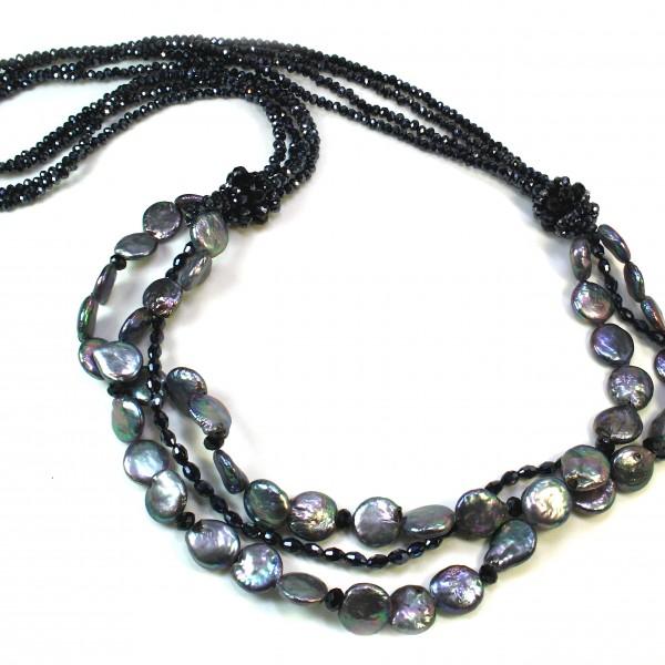 Collana a 5 fili di perle di acqua dolce bianche, champagne e grigio chiaro. Chiusura in arg. 925.