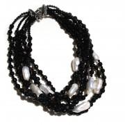 Collana multifilo con onice sfaccettato e perle di acqua dolce.  Chiusura in argento 925