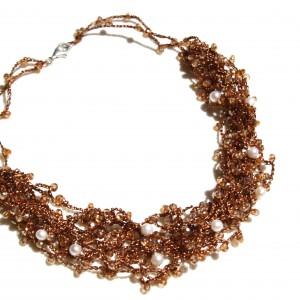 Collana di macramé  con cristalli swarovski e perle di acqua dolce.