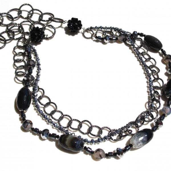 Collana con agata, ematite naturale, cristalli Swarovski e catena di metallo.