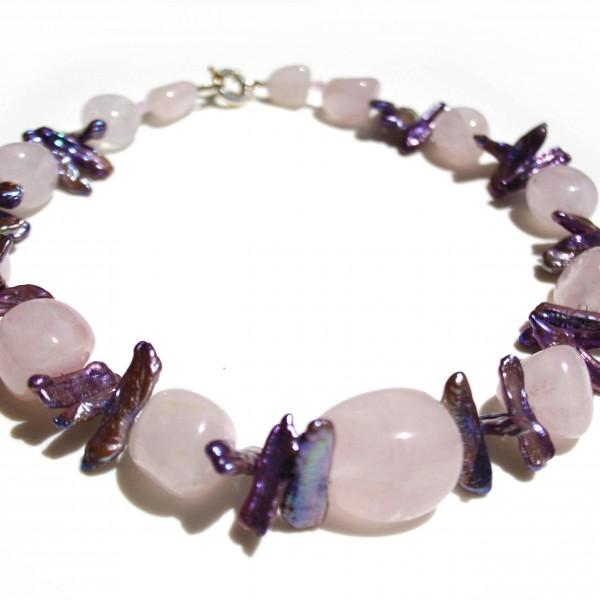 Collana con quarzo rosa e perle di acqua dolce lilla. Chiusura in argento 925
