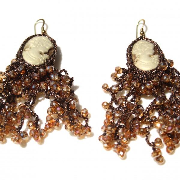 Orecchini di macramè con cristalli swarovski e cammeo. Monachella in argento placcato oro 18kt