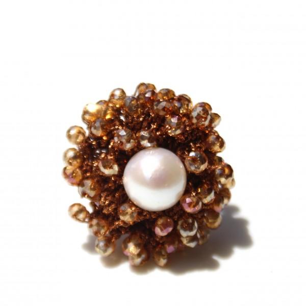 Perla in un fiore di cristalli