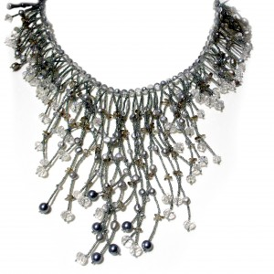 Collana multifilo di perle Keshi grigie e cristalli swarovski