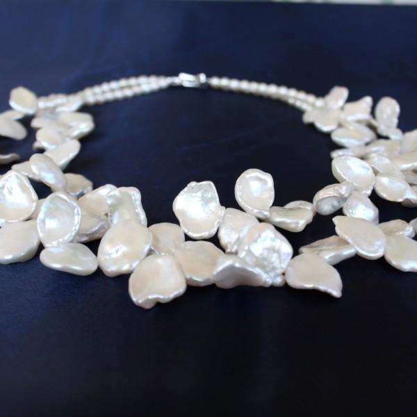 Collana a 2 fili di perle Keshi a forma di petalo. Elegante chiusura in arg. 925 e zirconi