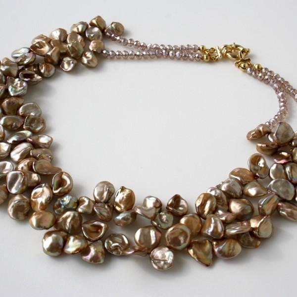 Collana a 2 fili di perle Keshi champagne a forma di petalo e cristalli swarovski. Chiusura in argento 925 placcato oro Lunghezza circa 50 cm