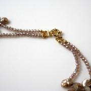 Collana a 2 fili di perle Keshi champagne a forma di petalo e cristalli swarovski. Chiusura in argento 925 placcato oro