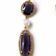 Orecchini con  n. 2 cristalli viola,  swarovski e perla di acqua dolce. Monachella in argento placcato oro 18kt.