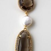 Orecchini con  n. 2 cristalli champagne,  swarovski e perla di acqua dolce. Monachella in argento placcato oro 18kt.