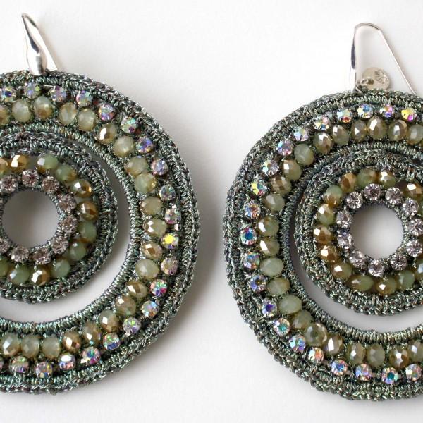 Orecchini di macramè con cristalli swarovski e strass. Monachella in argento 925  Lunghezza circa 80mm Colore: verde chiaro