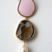 Orecchini con perla di acqua dolce,  1 cristallo rosa, 1 cristallo beige e swarovski. Monachella in argento placcato oro 18kt.