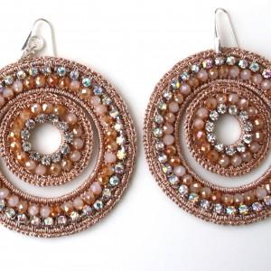 Orecchini di macramè con cristalli swarovski e strass. Monachella in argento 925  Lunghezza circa 80mm  Colore: beige rosato