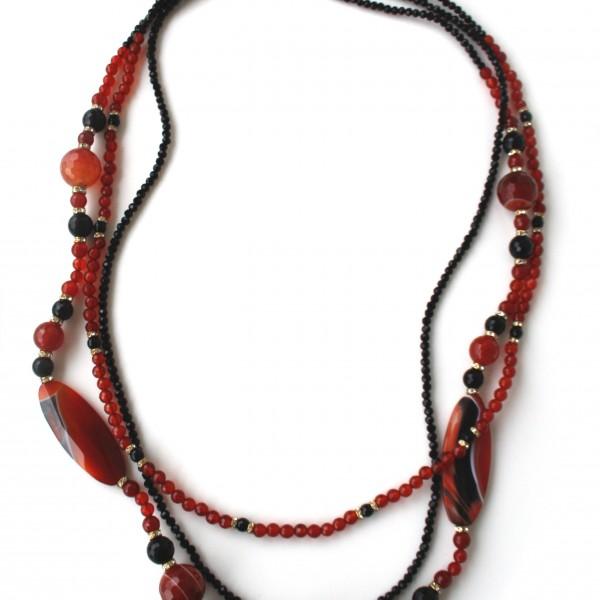 Collana a 3 fili con corniola e onice, con intermezzi di cristalli swarovski.  Chiusura in argento 925