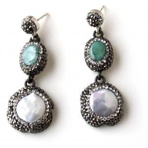 Orecchini in argento 925 con  perle di acqua dolce e giada montate con cristalli swarovski di alta qualità.