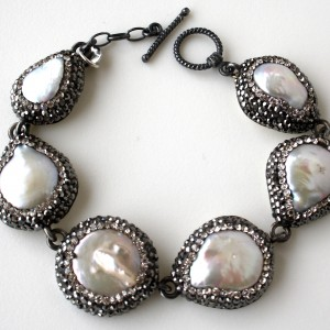 Bracciale in argento 925 con  perle di acqua dolce montate con cristalli swarovski di alta qualità. Lunghezza 20cm
