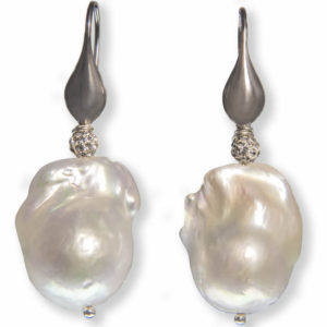 orecchini-con-perle-barocche-e-monachella-in-argento-dettaglio