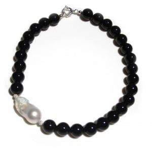 Collana con onice, perla barocca e sfere di resina con cristalli swarovski.  Chiusura in argento 925
