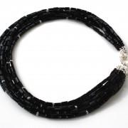 Collana multifilo con cristalli Swarovski. Chiusura in argento 925.