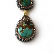 Orecchini in argento 925 placcato oro 18kt con 3 turchesi montati con cristalli swarovski di alta qualità.