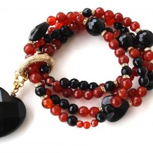 Minnies Jewels Bracciale in corniola e onice con pendente di onice a forma di cuore sfaccettato.